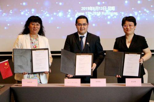 蔡晨风主任、周晓莉主任与缅甸代表签约